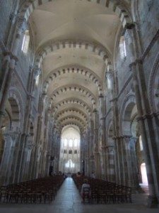 La nef de la basilique Ste Marie Madeleine